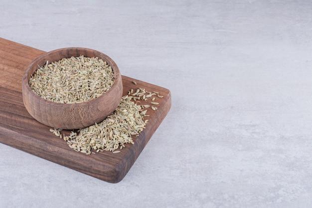 コンクリート表面の木板上の緑のアニスの種子