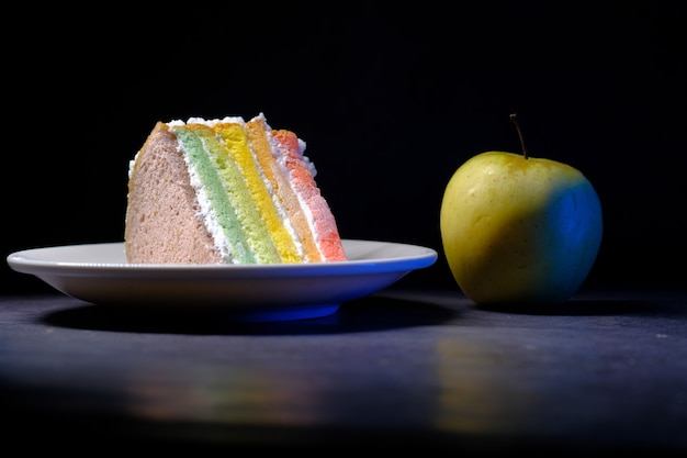 녹색 사과와 검은 배경에 베이커리 케이크