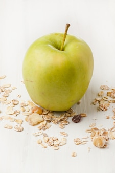 Зеленое яблоко и мюсли