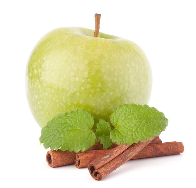 녹색 사과, 계 피 스틱 및 민트 잎 흰색 컷 아웃에 고립 된 정물화.