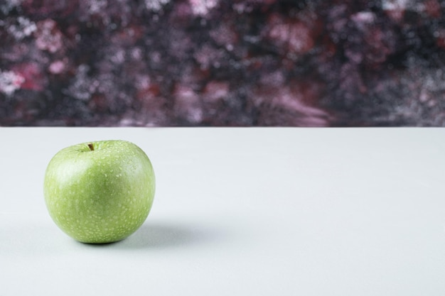 Una mela verde isolata su bianco.