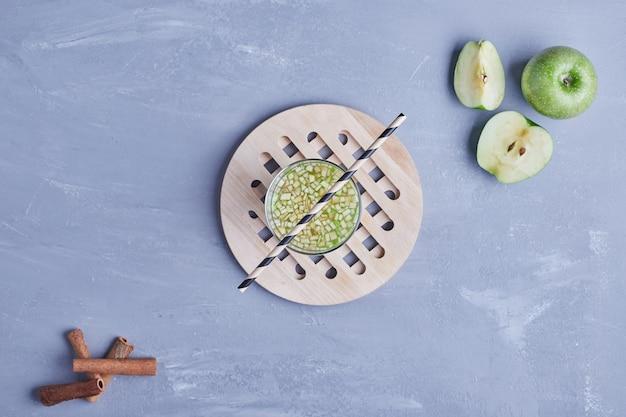木製の大皿に青リンゴジュース。