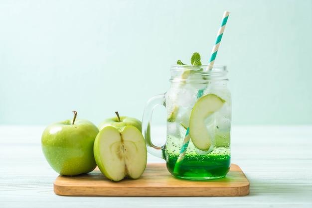 Зеленый яблочный сок с яблоками