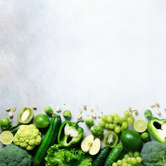 Green apple, lettuce, zucchini, cucumber, avocado, kale, lime, kiwi, grapes, banana, broccoli