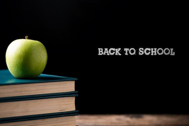 학교 센터에 책에 녹색 사과입니다. 학교 개념으로 돌아가기