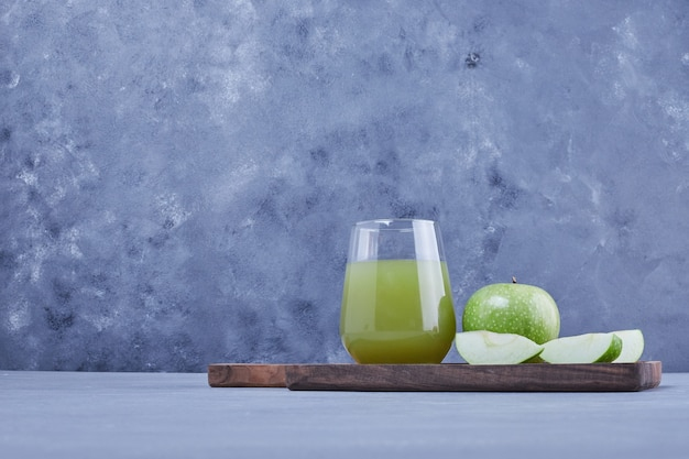 青リンゴのスライスとジュースのグラス。