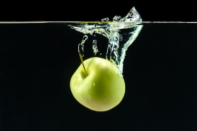 水中の青リンゴ