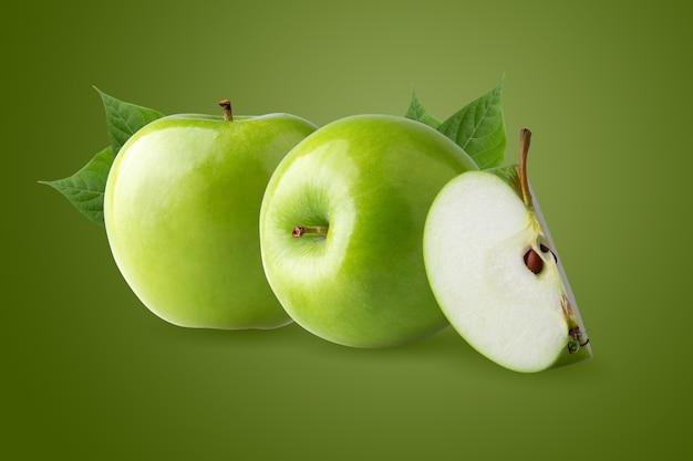 녹색 잎이 있는 녹색 사과와 녹색 배경에 분리된 씨앗이 있는 잘라낸 조각.