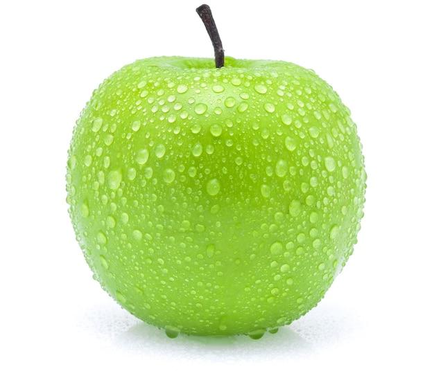 Зеленое яблоко с каплями воды на белом фоне
