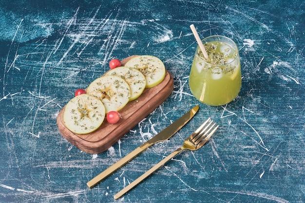 青リンゴと青のジュース。