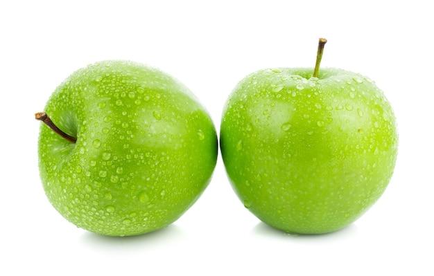 Зеленые яблоки, изолированные на белой поверхности