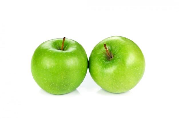 Зеленые яблоки, изолированные на белом