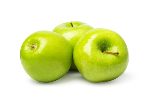 Зеленые яблоки, изолированные на белом фоне