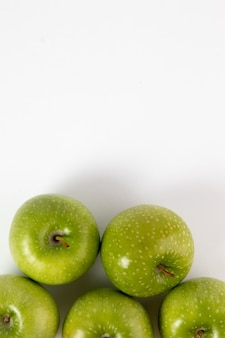 Maturo verde succoso delle mele verdi isolato su bianco