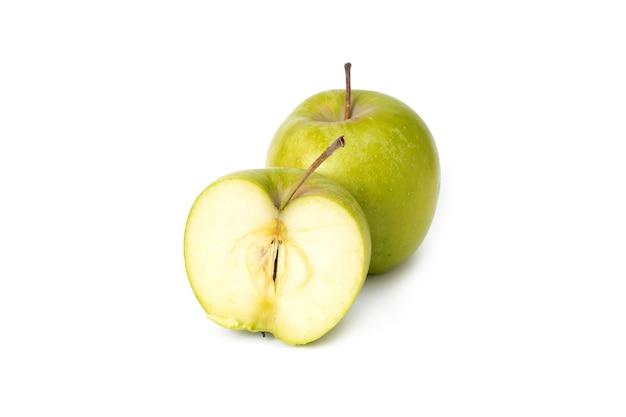 흰색 배경에 녹색 사과입니다. 격리 된 배경에 익은 녹색 사과. 고립 된 배경에 녹색 잎이 있는 녹색 사과. 전체 사과 슬라이스 조각에서 녹색 사과의 그룹입니다.