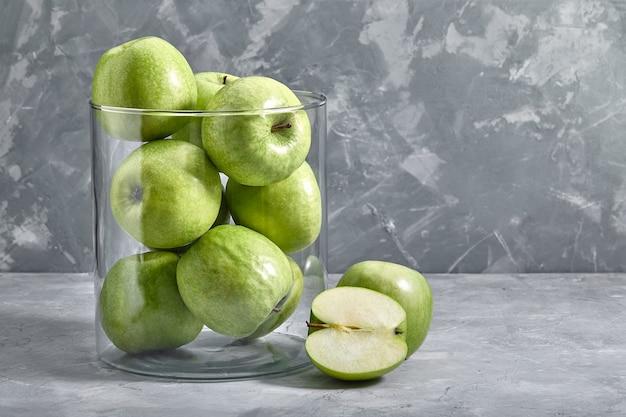 테이블에 녹색 사과