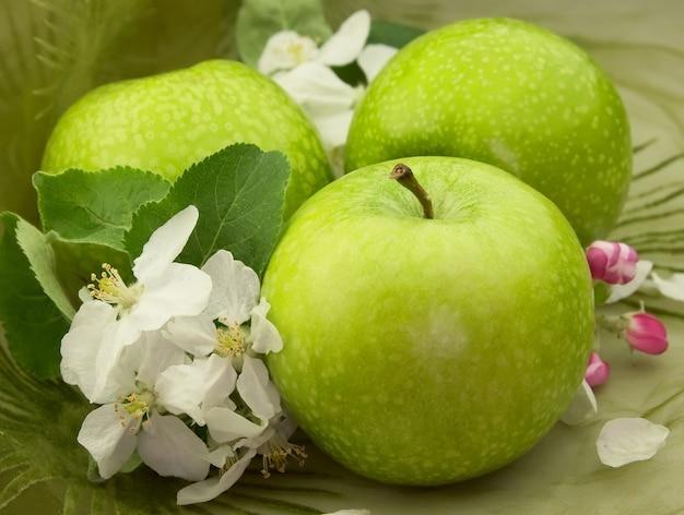 Зеленые яблоки с цветами