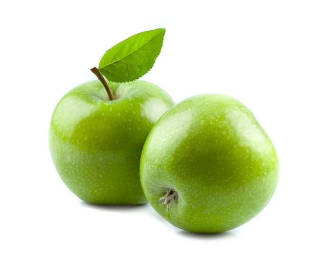Зеленые яблоки с листьями на белом фоне.