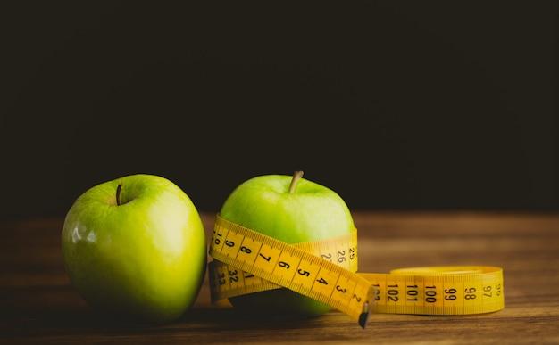 Зеленые яблоки с измерительной лентой