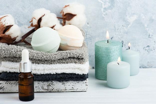 Зеленые ароматические бомбочки для ванн в спа-композиции с сухими цветами и полотенцами