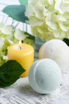 Зеленые ароматические бомбы для ванн в спа-натюрмортах с цветами и листьями гортензии