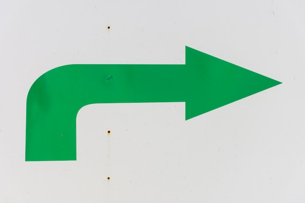 Зеленая стрелка на белом фоне