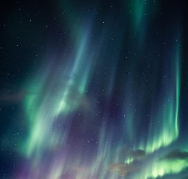 緑のオーロラ、北極圏の夜空に輝く星とオーロラ