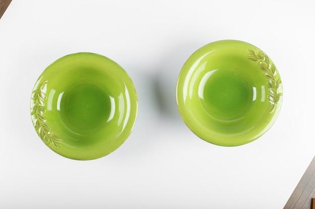 白いテーブルに緑の本格的な受け皿
