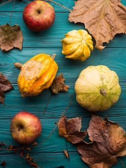 Зеленый осенний фон с тыквой, листья