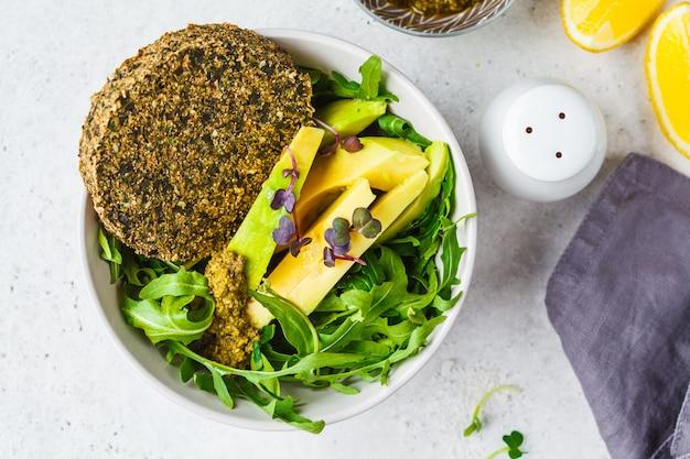 Салат из зеленого авокадо с зеленой веганской котлетой
