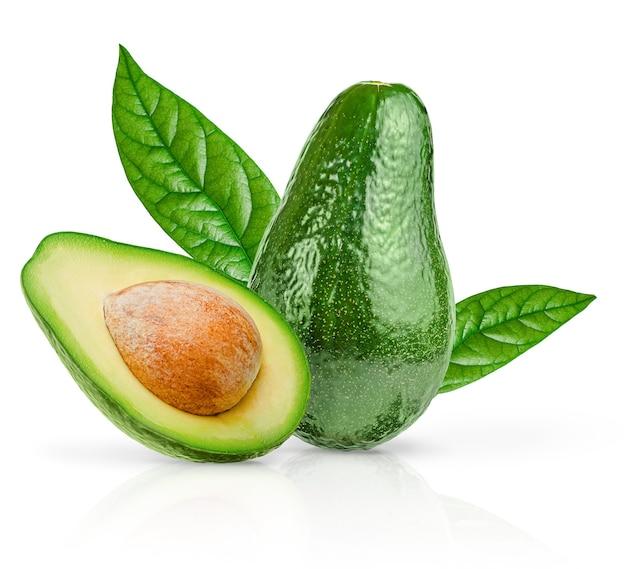 Зеленый авокадо с изолированными листьями