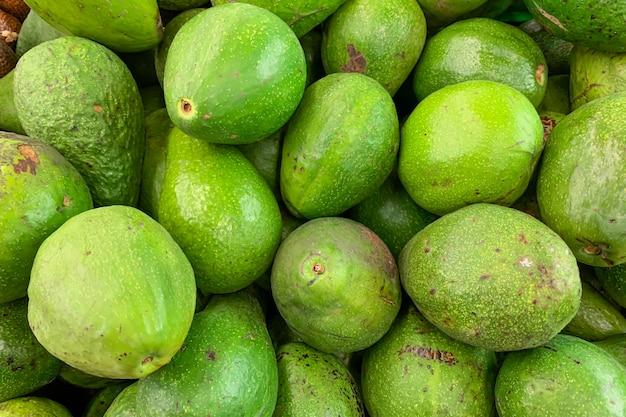 슈퍼마켓에 있는 녹색 아보카도, 배경