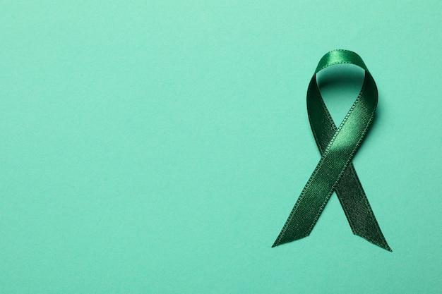 Зеленая лента осведомленности, изолированная на зеленом