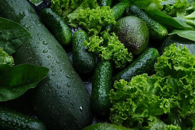 新鮮なレタスの緑の背景は、アボカドキュウリズッキーニを残します。