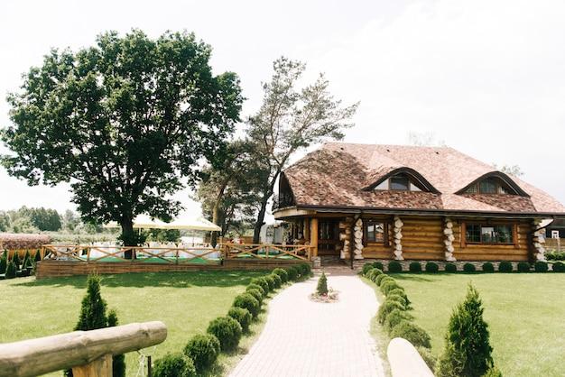 木製のフェンスと装飾が施された緑の裏庭エリア