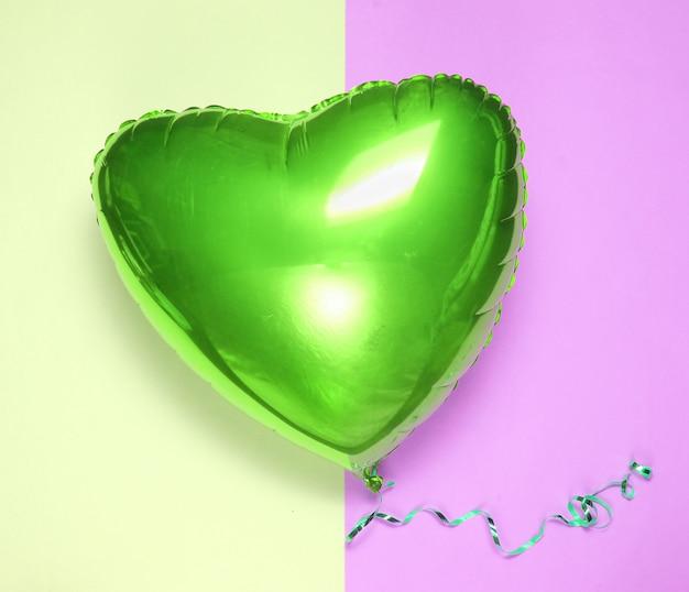 パステルカラーの背景に緑のバルーンハートバレンタインデー