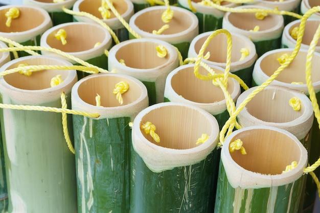 로프와 함께 음료 녹색 대나무 튜브