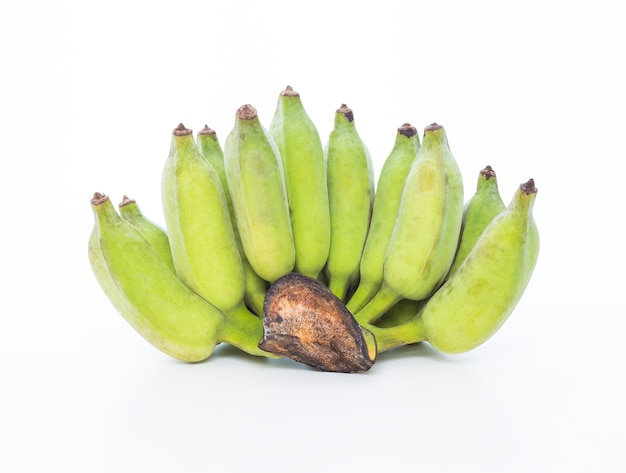 Зеленый банан на белом фоне
