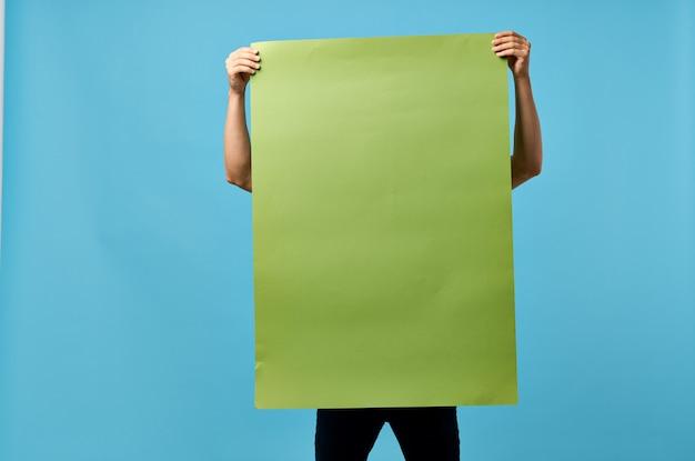 男のモックアップ情報マーケティングの手に緑のバナー