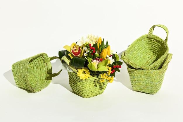 선물 포장 꽃을 위한 녹색 바구니. 꽃 포장을 위한 바구니