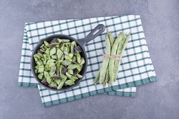 컨테이너 또는 구체적인 배경에 플래터 안에 녹색 콩.