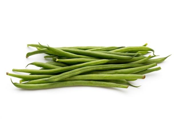 Зеленая фасоль, изолированные на белом фоне.