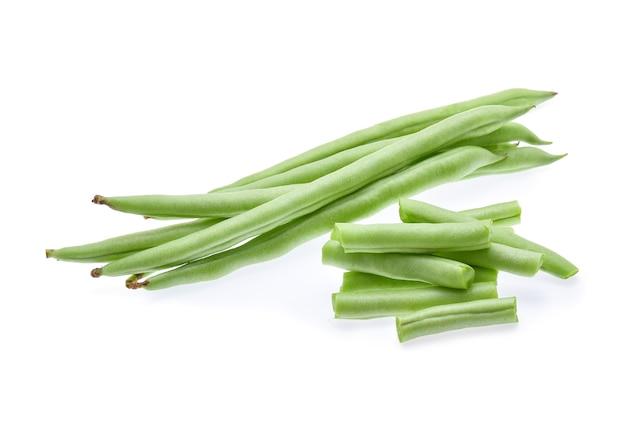 緑の豆は白い背景で隔離。