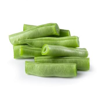 Зеленые бобы, изолированные на белом