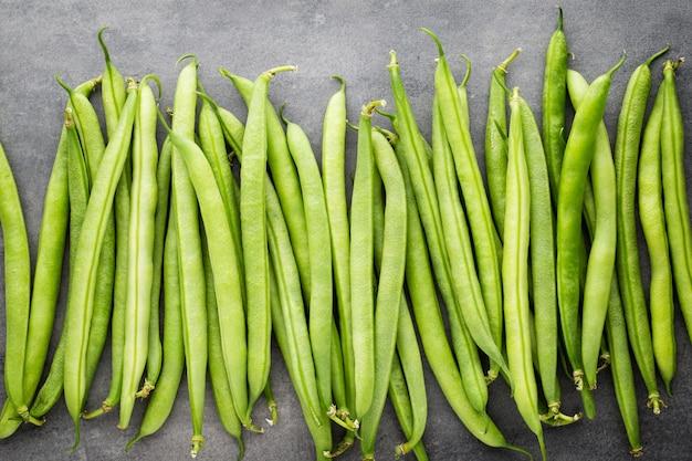 회색 바탕에 녹색 콩입니다.