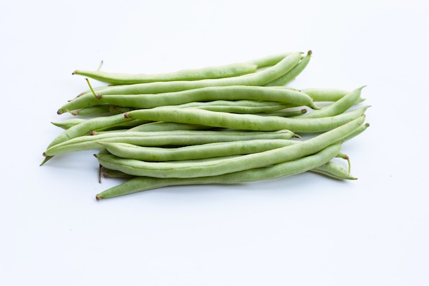 Зеленая фасоль на белой поверхности
