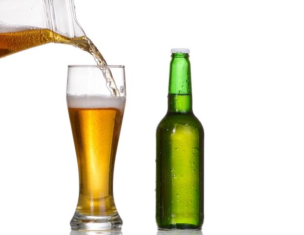 흰색 배경에 고립 된 녹색 맥주 병