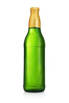 白い表面に分離されたラベルのない緑色のビール瓶。水滴が結露します。