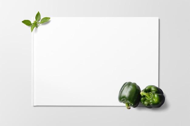 Зеленый болгарский перец с листьями базилика на чистом фоне с пространством для текста