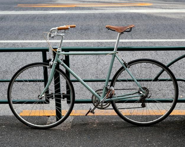 茶色と黒のディテールが施された緑の自転車